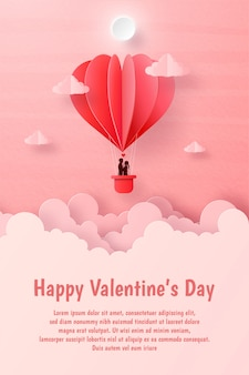 Валентинка, пара на воздушном шаре в форме сердца на небе с copyspace