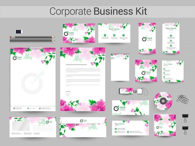 ピンクの花と企業のビジネスキット。