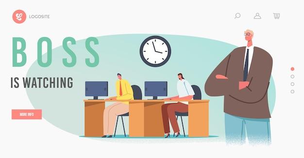 관리 페이지 템플릿의 기업 제어. 팔짱을 끼고 있는 보스 캐릭터는 컴퓨터 작업을 하는 책상에 앉아 있는 관리자나 직원 뒤에 서 있습니다. 만화 사람들 벡터 일러스트 레이 션
