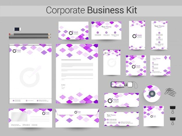 企業アイデンティティまたはビジネスキットに紫色の四角形が付いています。