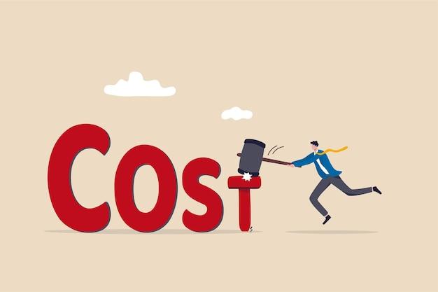 コスト削減、コストを低く抑えるためのビジネスと会社、予算計画の概念における支出または経費控除の削減、ビジネスマンcfoは、costという単語にハンマーtアルファベットネイルを付けることでコストを削減します。 Premiumベクター