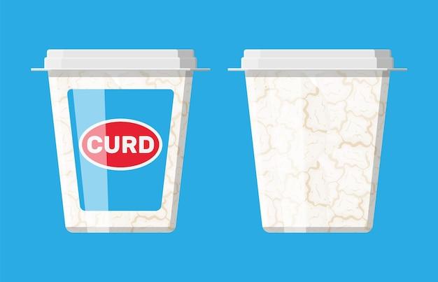 Творог в пластиковой коробке, изолированные на синем