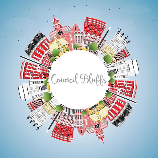 컬러 건물, 푸른 하늘 및 복사 공간이 있는 카운슬 블러프 아이오와 스카이라인. 벡터 일러스트 레이 션. 역사적인 건축과 비즈니스 여행 및 관광 그림입니다.