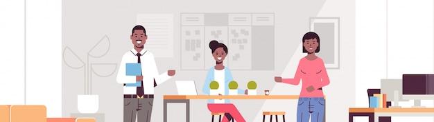 チームの概念に現代の共同作業センターオフィスインテリアポートレート水平に採用した労働者を紹介する新しい女性従業員を指してカップル同僚