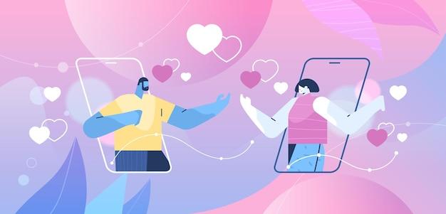 Пара обсуждает во время онлайн-знакомств в мобильном приложении на экранах смартфонов социальные сети виртуальные отношения концепция коммуникации горизонтальный портрет векторная иллюстрация