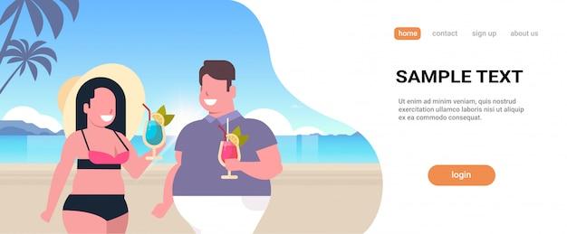 カップル飲むカクテル熱帯海ビーチ男性女性楽しい夏の休暇の概念