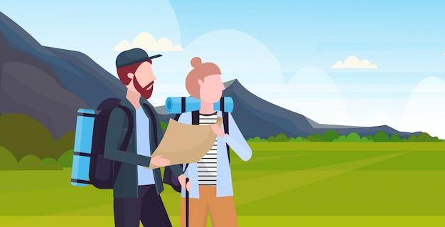 Пара туристы с рюкзаками держит карту путешествия мужчина женщина планирование маршрут концепция походы путешественники на поход горный пейзаж фон портрет горизонтальный плоский