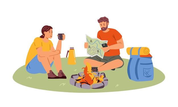 몇 하이킹은 지도 읽기를 중단하고 경로 평면 벡터 일러스트레이션을 계획합니다. 차를 마시는 모닥불 근처에 앉아 있는 남녀. 화이트에 격리.