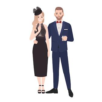 함께 서 고 고립 된 음주 우아한 저녁 옷에 커플. 축하 행사를 위해 옷을 입고 세련된 남자와 여자