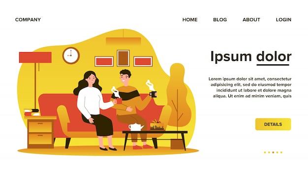 一杯のコーヒーとソファーに一緒に座っているとフラットの図を話している愛のカップル。ロマンチックな関係と家のコンセプトのアパートに住んでいる男女
