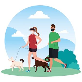 Пара в спортивной одежде, одетая в медицинскую маску, с собаками на улице, профилактика коронавирусной инфекции 19
