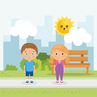 Пара маленьких детей в парке персонажей