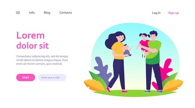 피곤한 부모의 커플. 슬픈 엄마와 아빠 팔 웹 템플릿에 어린 아이를 들고.