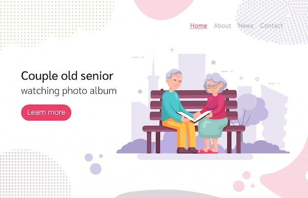 Пара старый старший мужчина женщина сидит на скамейке, смотрит фотоальбом