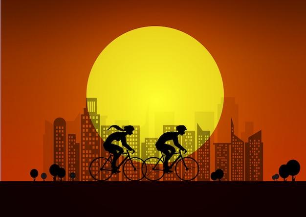 市内で自転車をカップルします。 2人のサイクリストのシルエットのイラスト。夕日を背景