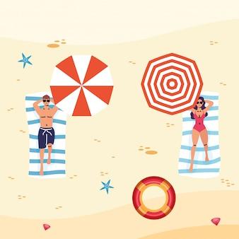 사회적 거리를 연습하는 해변에서 커플