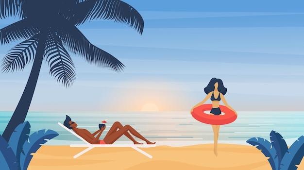 カップルの人々はカクテルの日光浴と熱帯の夏の海のビーチの男で日光浴をします
