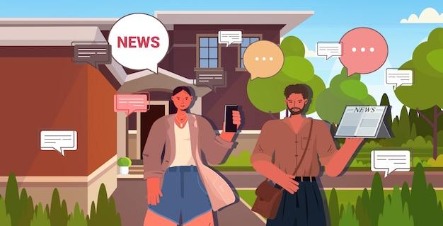 Пара, читающая и обсуждающая ежедневные новости, чат, пузырь, общение, пресса, концепция средств массовой информации. мужчина женщина с помощью цифровых гаджетов портрет горизонтальной иллюстрации