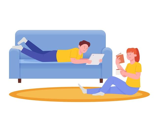 커플 휴식과 소파에 누워 앉아서 즐기는