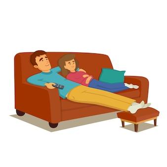 Пара отдыхает на диване и смотрит телевизор