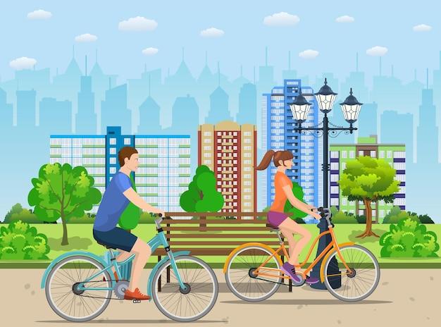公共の公園で自転車に乗るカップル。