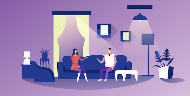 Пара, сидя на диване мужчина женщина, имеющие обсуждение дома общение концепция отношения интерьер современной гостиной