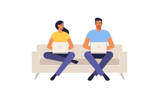 Пара сидит на диване у себя дома, работает на ноутбуках. иллюстрация.