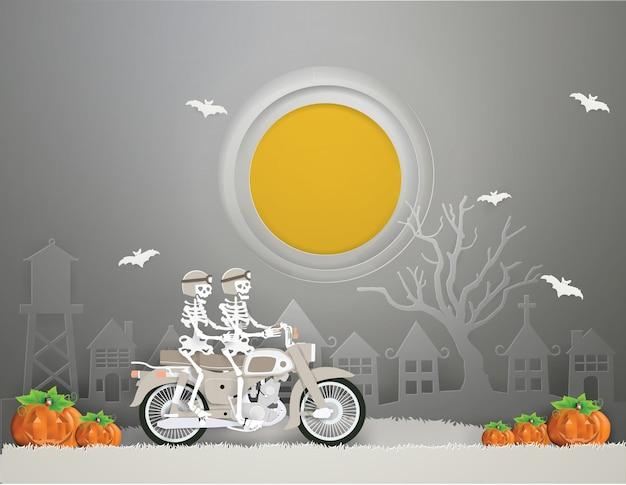 古いオートバイに乗っているカップルスケルトンはハロウィンパーティーに行く