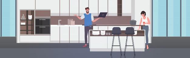Пара, использующая ноутбук, пьющая кофе, проводящая время вместе, остается дома карантин пандемии коронавируса