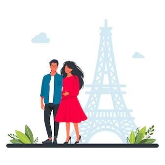 エッフェル塔を背景にパリを歩くカップル。ピープルグループトラベル。ヨーロッパを旅行する幸せなカップル。世界中からの観光スポット、旅行画像の写真、幸せな家族旅行