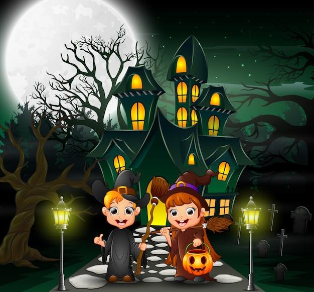 幽霊屋の前でカップルの魔女