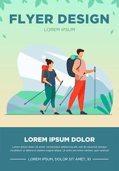 屋外を歩くバックパックとカップル。北欧のポールが山でハイキングする観光客フラットベクトルイラスト。バナー、ウェブサイトのデザインまたはランディングウェブページの休暇、旅行、トレッキングのコンセプト