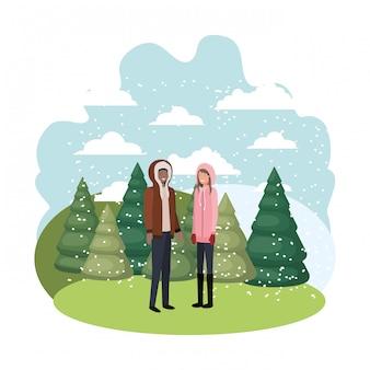 Пара с зимней одеждой и символом персонажа зимней сосны