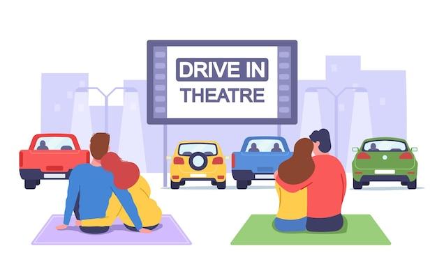 자동차 영화관에서 커플. 드라이브 인 극장에서 로맨틱 한 데이트, 사랑하는 남녀가 격자 무늬에 앉아 영화보기