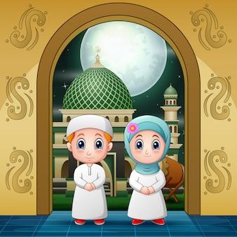 Пары мусульмане входят в мечеть у входа для молитвы