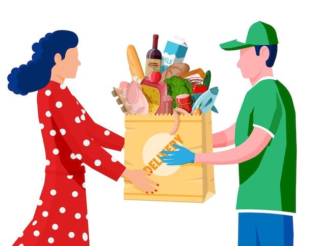 Курьер доставил посылку с продуктами покупателю.