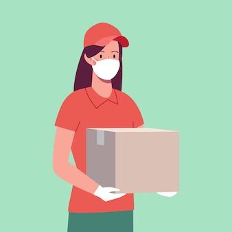Курьер девушка в защитной маске и перчатках, которая принесла коробку