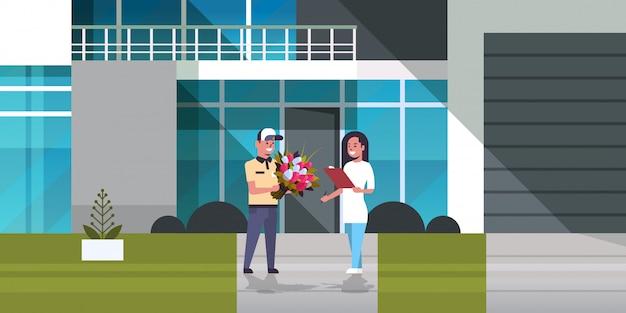 배달원 현대 건물 외관에서 소포를받는 여자 수신자 특급 배달 서비스 개념 소녀에게 꽃의 꽃다발을주는 택배 남자