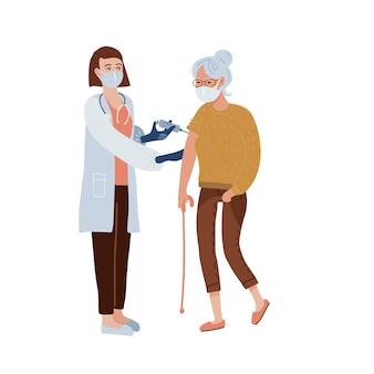Covid-19ワクチン接種の概念。ワクチン注射を受けている老婆。女性看護師や医師が肩を撃ちます。医療とヘルスケア。