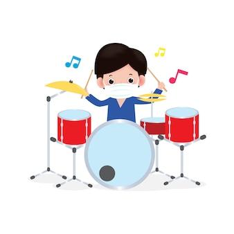 新しい通常のライフスタイルコンセプトかわいい子供がドラムを演奏し、コロナウイルスやcovidを防ぐための外科用保護医療マスクを着用します。19.音楽演奏。分離された図