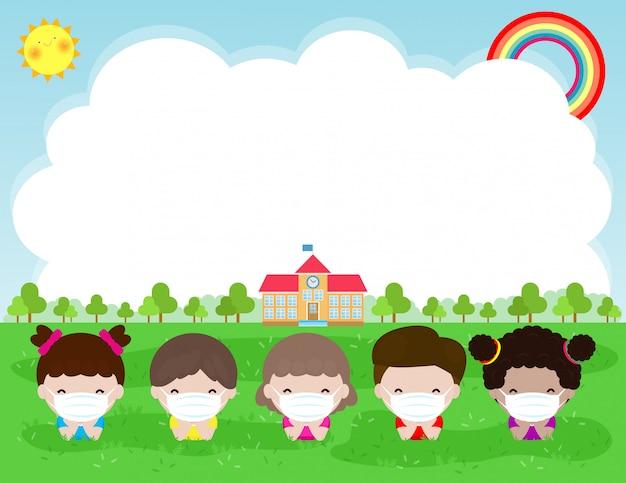 新しい通常のライフスタイルのコンセプトのために学校に戻る。フェイスマスクと社会的距離を身に着けている子供たちの幸せなグループは、背景に分離された学校で芝生の上のコロナウイルスcovid 19、子供たちと友人を保護します。