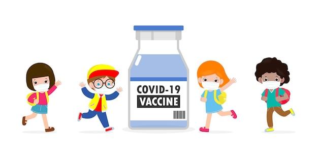 Covid19またはコロナウイルスワクチンの概念コロナウイルスに対するワクチンとフェイスマスクを身に着けている幸せな子供たち2019ncovグループの子供たちが白い背景で隔離された学校に戻るベクトル図