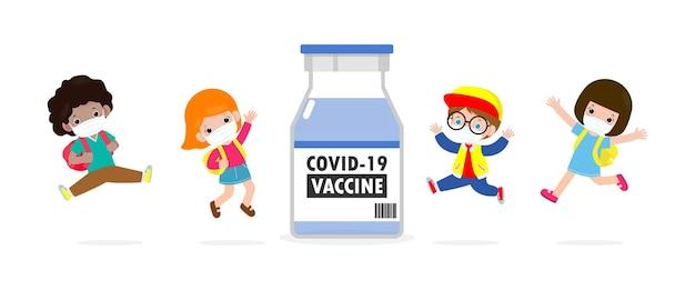 Covid19ワクチンのコンセプトコロナウイルス2019ncovに対するワクチンとフェイスマスクを身に着けてジャンプする幸せな子供たち