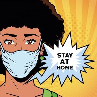 Covid19のフェイスマスクを使用して「家にいて」と言うアフロの女性