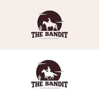 夜のロゴでカウボーイ乗馬馬のシルエット