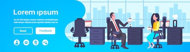 コーヒーブレーク中に議論する職場の同僚に座っている同僚のカップル男性女性ビジネス人々オフィス話してコワーキングセンターインテリア水平全長コピースペース
