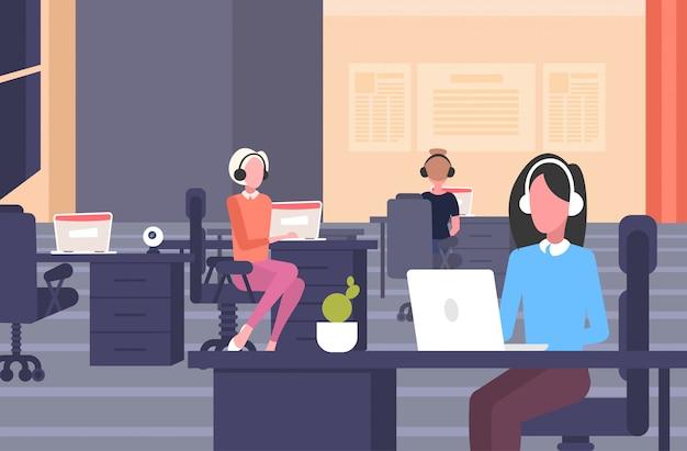 직장 책상에 앉아 헤드셋 여성 연산자의 동료 콜 센터 개념 공동 작업 열린 공간 현대 사무실 인테리어 가로 전체 길이
