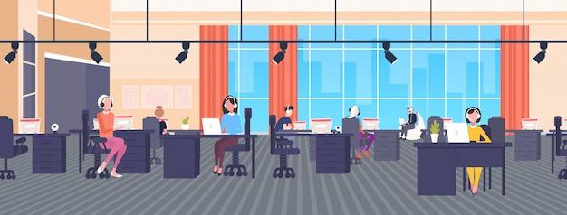 직장 책상에 앉아 헤드셋 연산자의 동료 콜 센터 개념 공동 작업 열린 공간 현대 사무실 인테리어 가로 배너 전체 길이