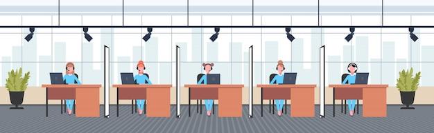 직장 책상에 앉아 헤드셋 여성 연산자의 동료 전화 센터 개념 공동 작업 열린 공간 현대 사무실 인테리어 가로 전체 길이