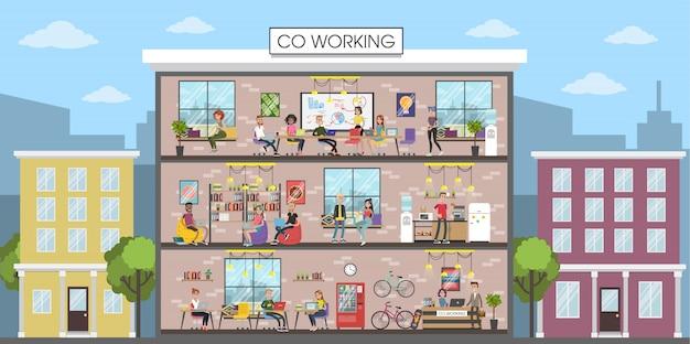 コワーキングの建物のインテリア。オフィスで一緒に働いている人。